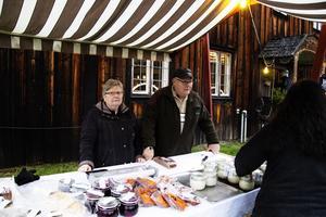 Anita och Tommy Olsson sålde allt från sill och korv till fikabröd för restaurangens (Robert Petterssons) räkning.