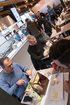 """Kunderna Senay Ucar och William Pope gillade det de åt på den nya restaurangen. """"Kebaberiets koncept är bra, stället har ett bra läge och det är fint och fräscht här"""", säger Senay."""