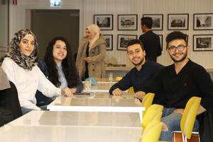Aya Turani, Jwana Jaafar, Bashar Hammami och Mohammed Alhomsi diskuterade näthat, desinformation och propagande i Karolinska gymnasiet.