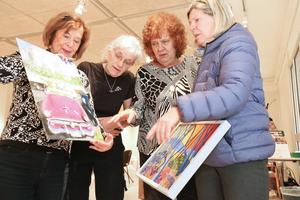 Kerstin Löfstrand, Lena Håkansson och  Lotta Qvarfordt från Nynäshamns konstförening granskar tavlan som Karin Hernudd-Öhman lämnade in till vårsalongen.