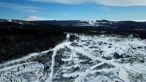 En ny alpin skidanläggning, Idre Himmelfjäll, växer nu fram. I bakgrunden ses Idre Fjäll och Städjan och bakom ligger Fjätervålen som också är redo att växa.