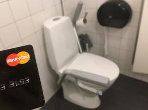Med bankkort på toaletten.