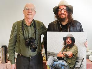 Lars Hägglund överlämnar bilden till Charlie Granberg.