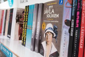 Pocketböcker är populära, men när boken ska ges bort i present köper kunderna hellre inbundna böcker.