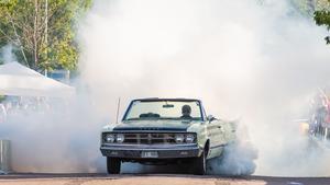 Johnny Höråsen var först ut att burna i sin Dodge Coronet cab från 1967.Foto: Rex Addo
