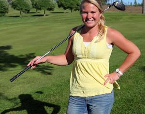 Sandra Carlborg, slår längst i världen av alla golfdamerna i longdriving, hon är dessutom världsmästare. Nu gästar hon stadsgolfen.