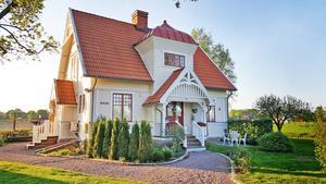 Familjen föll direkt för det vackra sekelskifteshuset med spröjsade fönster och snickarglädje.