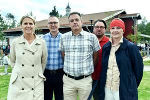 Susann Lindblad, Mikael Thalin, Roland Fållby, Mattias Scandola och Agneta Danielsson på baksidan av förskolan.