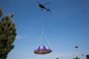 Kupolen var alldeles för bred för att köras till platsen och fick därför tas dit med en helikopter.