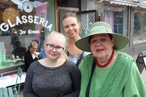 Tre generationer på bild: Uma Pernehagen, Beatrice Pernehagen och Sigrid Pernehagen var på besök från Stockholm.– Jag har sommarhus i Byn, Erikslund. Vilket fantastiskt ställe saluhallen är, med så mycket spännande saker, säger Sigrid Pernehagen.