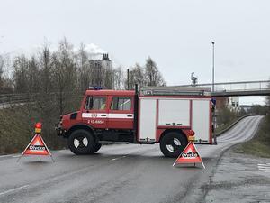 Vägen stängdes av under räddningstjänstens arbete.