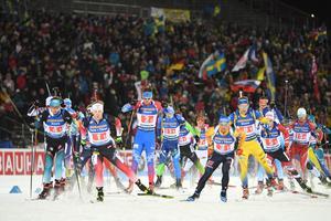 Starten har gått för herrarnas stafett. Svenske startmannen Torstein Stenersen till höger i gul-blå dräkt. Foto: TT