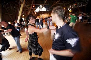2007. Helen Langhammer och Per- Ragnar Johansson möttes under några virvlande danser för att sedan dansa åt varsitt håll.  Bild: Anders Forngren