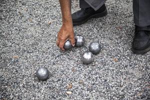 Boulespelare lirar på gruset i Stadsparken. Foto: Edis Potori