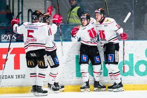 Rodrigo Abols (längst till höger) gjorde 18 mål förra säsongen och blir en tung förlust för Örebro när han nu flyttar till NHL. Foto: Bildbyrån