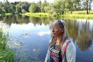 Magdalena Alm trivs på smultronstället. Men höga hastigheter på ån oroar.