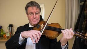 Pellas Mats Andersson spelar fiol, gitarr, låtpipa och mandolin.