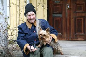 Anita Ståhl med Yorkshire terriern Nelly.– Jag gör alltid så att jag väntar till kremeringen är klar så att jag får med askan hem. Och jag har klippt en bit av pälsen på alla djur och lagt i olika kuvert.