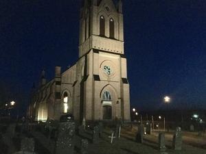 Trönö nya kyrka lyste upp i skymningen. Mycket folk hade under dagen samlats på kyrkogården. Foto: Jan-Eric Berger.