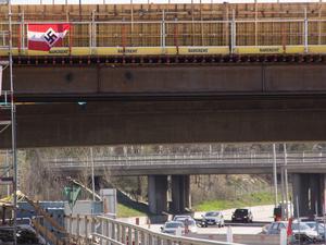 Polisen har i samarbete med Trafikverket och kommunen sett till att flaggorna med hakkors har tagits ner. Den här var dock kvar vid lunchtid på söndagen.