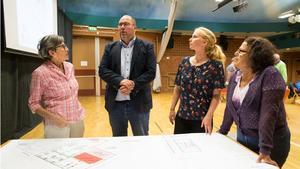 Nykvarns samhällsbyggnadschef Bengt Andersson i samtal med delar av Nykvarns gymnastikförenings styrelse,  Gertrude Pederson, Annika Dahlgren och Cheno E. Söderman.