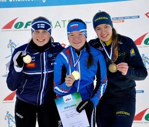 Elin Schagerström med bronsmedaljen om halsen efter lördagens medeldistans, till höger om tvåan Siiri Saalo, Finland, och segraren Veronika Kalinina, Ryssland.