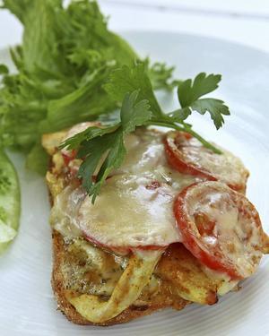 Varma mackor med snabbstekt, strimlad kyckling, ost och grönsaker kan förberedas ända fram till den avslutande gratineringen i ugn.   Foto: Dan Strandqvist