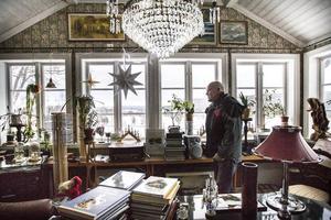 Från sina fönster har Bengt Larsson en utsikt få förunnade.