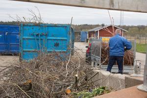 Återbruket i Arboga. Insändaren anser bland annat att mottagningen för ris och grenar borde byggas ut. (Personen på bilden har inget med texten att göra)
