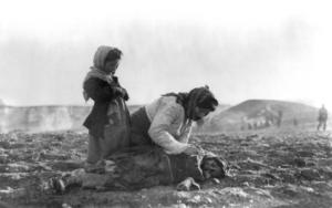 En kvinna lutar sig över ett död barn utanför Aleppo 1915. Foto: American Committee for Relief in the Near East