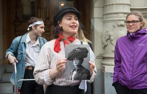 Eila Wall Boholm med bilden av Oscar Knaust som Augusta.