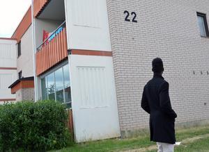 Maslah Omar på sin första bostadsadress i Sverige dit han kom för ett decennium sedan från Somalia tillsammans med mamma Jamila och fyra syskon. Pappan Omar hade varit i Sverige i tre år innan resten av familjen kom till Borlänge på flykt från inbördeskrigets Somalia.