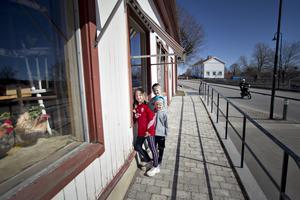 Påskpyntat skyltfönster lockar besökare till Torsåker.