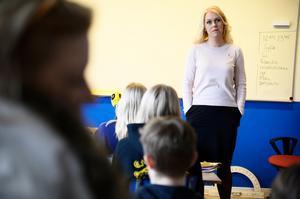 Barnminister Lena Hallengren besökte i onsdags Rålamdshovsskolan för att berätta att regeringen vill göra FN:s barnkonvention till lag. Några svar på barnens frågor om vilka skillnader detta skulle medföra hade hon dock inte. Det är förståeligt. Den nya lagen handlar enbart om symbolik. Foto: Hossein Salmanzadeh, TT.
