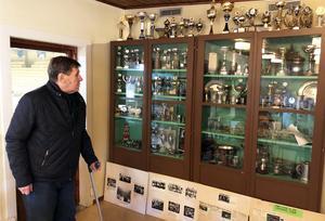 Bo Sahlén är en av dem som bidragit till gedigna prissamlingar i vad som än så länge i falla fall utgör klubblokalen i Strandhallen.