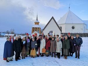 Östersunds folkdansgilles medlemmar vid Mattmars kyrka. Foto: Sven Adolfsson