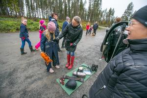 """Kristina Bernsten från Frösön sålde ett par ridbyxor för 100 kronor till Malin Eriksson från Torvalla. """"Bara det"""", undrade 8-åriga dottern Hedvig Wagenius. """"Ja. Som hittat"""", sa Malin."""