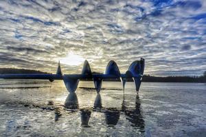 Foto: Urban Dimberg   Förmiddag på Magsjön i Surahammar i januari. Isborren får