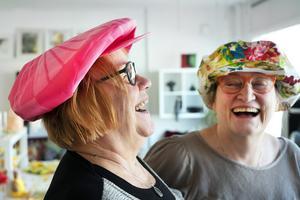Åsa Hådén-Nilsson och Kerstin Eskel är glada över att komma igång med tillverkningen av Stödekepsen.