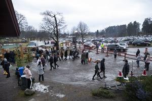 En strid ström bilar åkte ut och in från den provisoriska parkeringen under marknaden som pågick mellan 11 och 17.