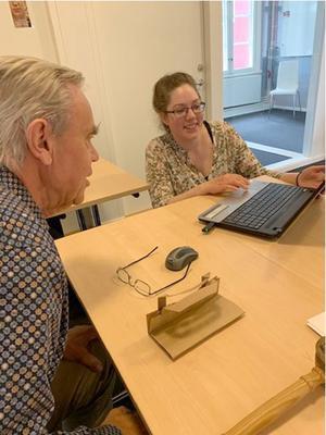 SPF:s ordförande Anders Granbom och Linda Åkergren, Vuxenskolan, löser en gemensam frågeställning inför mötet. Foto: Kristina Andersson