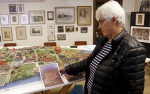 En del av Ragnar Lindéns Lindesbergsmotiv går igen och kan hittas i hembygdsföreningens stadsmodell visar Ingrid Nordmark.