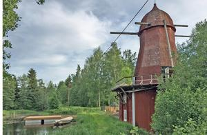 Byborna ifrågasätter även förändringar som görs med Kånsta kvarn för att passa tv-inspelningen. Flotten som har byggts i dammen är gjord utan samfällighetens tillåtelse, påpekar Suzann Bernsgården.