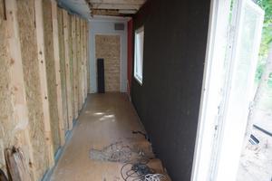 Nu kan den provisoriska väggen (till vänster) snart tas bort. Golvet och innertaket ska göras klart innan det nya vardagsrummet kan användas.