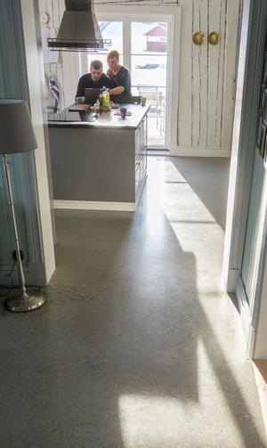 I Köket och hallen har Rickard polerat betonggolvet.