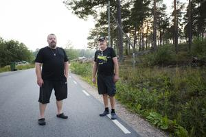 Jens Kittel och Kjell Jansson har båda problem med att lukt av avföring stiger upp ur avloppsbrunnar intill deras hus i Tranviken.