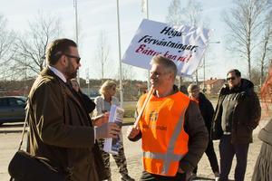 Staffan Tjörnhammar (M) och  Lars Dalquist Öhlén (V) samtalade i samband med skoldemonstrationen vid Sportcentrum den 15 april.