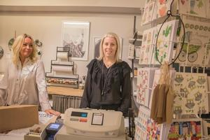 – Det är väldigt bra att ha mamma i butiken. Jag känner mig lugn och vet att allt sköts galant då, säger Johanna (till höger). Mamma Louise står bredvid till vänster.