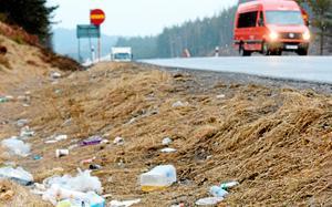 Så här års är det många som hjälps åt att städa diken längs våra vägar. Kan vi inte se till att de inte skräpas med igen?