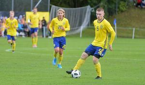 Dino Salihovic, med bollen. Bakom honom kommer Sebastian Nanasi (20) löpandes.
